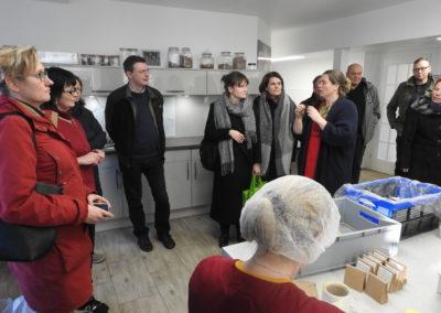 Nadine Wunsch-Fischer erläutert die Besonderheit der Produkte der Naturseifenmanufaktur.
