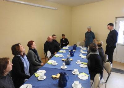Quartiersmanagerin Mika Goetsch empfängt die Gäste mit Kaffee und frisch gebackenem Kuchen.