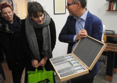 Hr. Elter zeigt mit HIlfe von LEADER angeschaffte Geräte.
